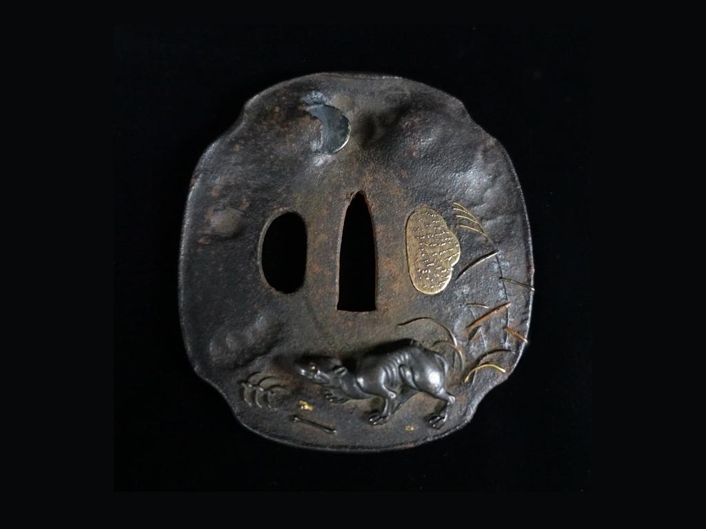 鍔 「満月野犬屍図象嵌鉄地鍔」