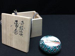 【香合】三代 三ツ井為吉 山水絵香合を買取り致しました。