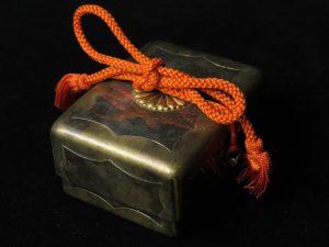 【金工品】三越製 純銀菊花紋章のボンボニエールを買取致しました。