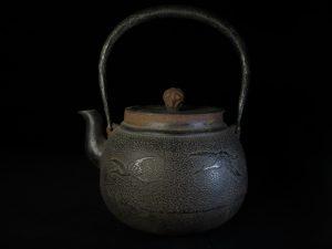 【鉄瓶・銀瓶その他】 松の木と鶴文の鉄瓶を買取り致しました。