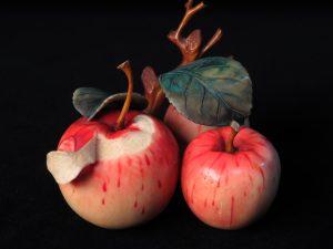 【象牙彫刻】林檎彩色細密象牙彫刻を買取り致しました。
