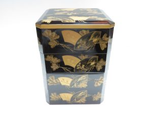 【漆器・蒔絵】無銘「扇松童景図蒔絵の四段重箱」を買取り致しました。