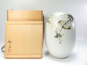 【作家物 磁器】落合美世子 掻落花文の白磁壺を買取り致しました。