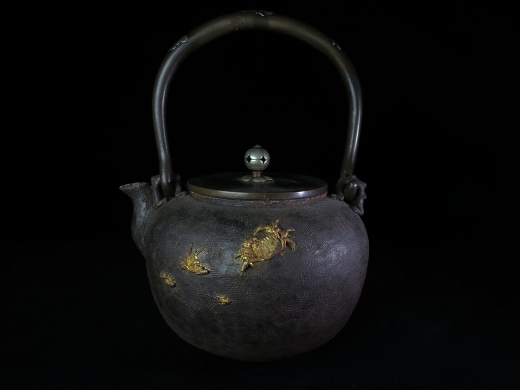 【鉄瓶】日本亀文堂 草花に蟹象嵌図の鉄瓶を買取致しました。