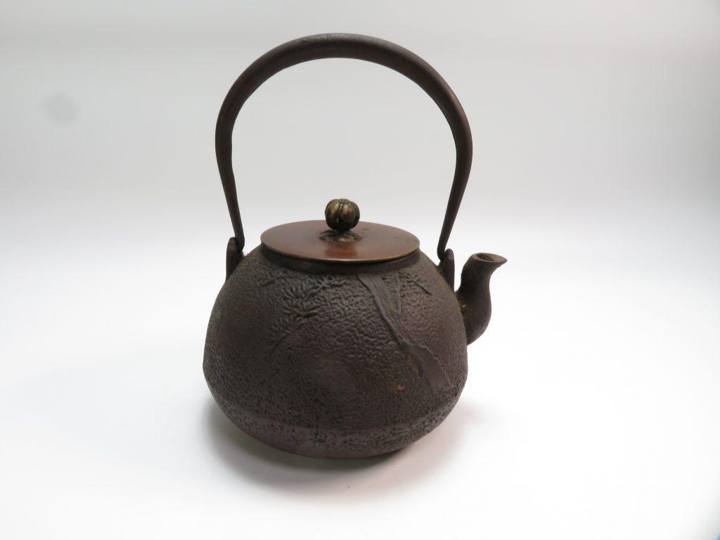 【鉄瓶・銀瓶】龍文堂「松の図鉄瓶」を買取致しました。