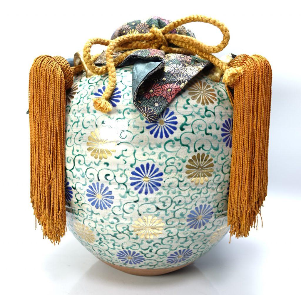 【陶磁器】無銘「仁清款菊に唐草文飾大壷」を買取致しました。