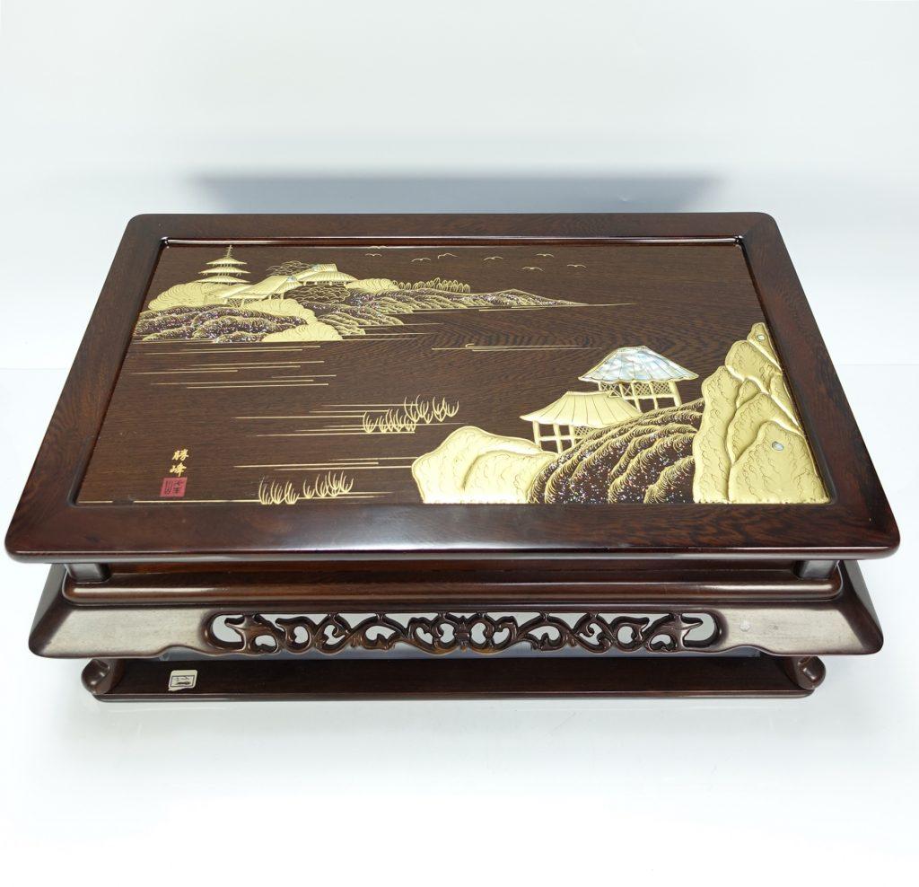 【漆器・蒔絵】勝峰「山水楼閣図の螺鈿高蒔絵卓」を買取り致しました。