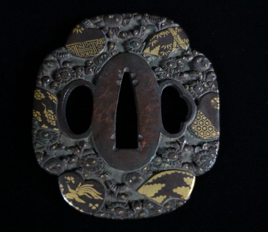 刀装具「花々浮彫象嵌鉄地鍔 」