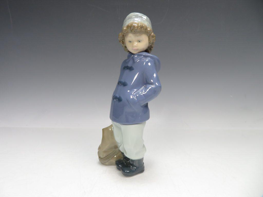 【リヤドロ】フィギュリン「青いコートの少年」を買取致しました。