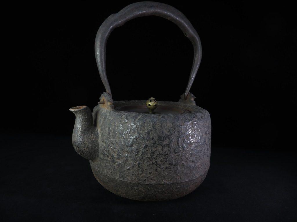 【鉄瓶・銀瓶】龍文堂「菊透蓋岩肌鉄瓶」を買取致しました。