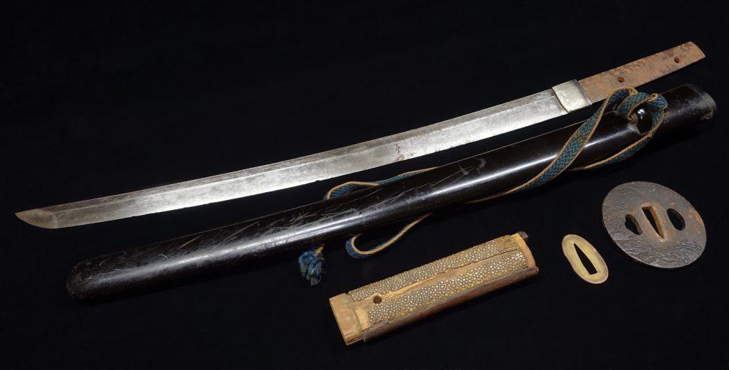 【刀剣】無銘「 昇龍彫鉄地鍔黒鞘脇差」を買取り致しました。