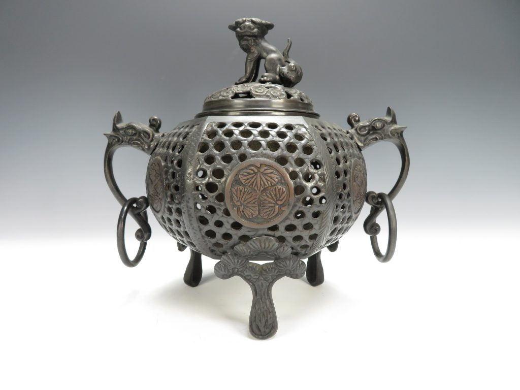 【茶道具・香炉】三葉葵紋透獅子香炉を買取致しました。
