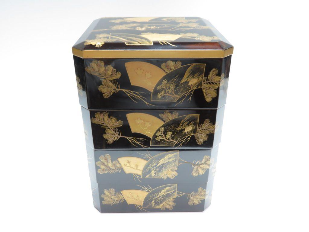 【漆器・蒔絵】無銘「四段重箱 扇松図蒔絵」を買取り致しました。