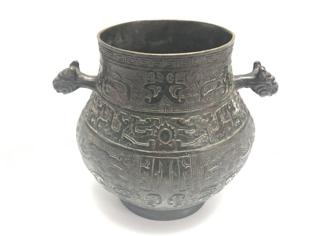 【中国銅器】無銘「獣持手饕餮紋銅壷」を買取り致しました。