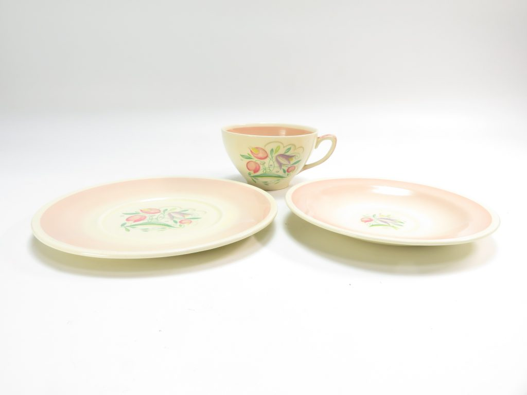 【西洋美術・その他】スージー・クーパー「ドレスデンスプレー・キャビネットトリオ ピンク 」を買取致しました。