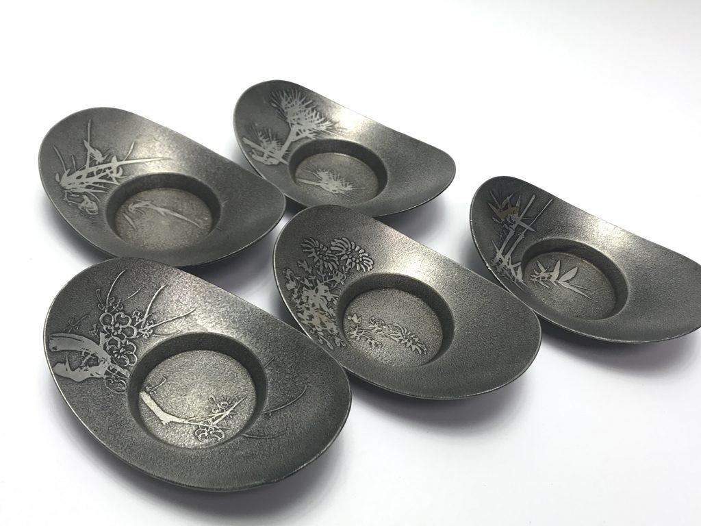 【錫製品】継山造 「四君子図錫製茶托」を買取致しました。