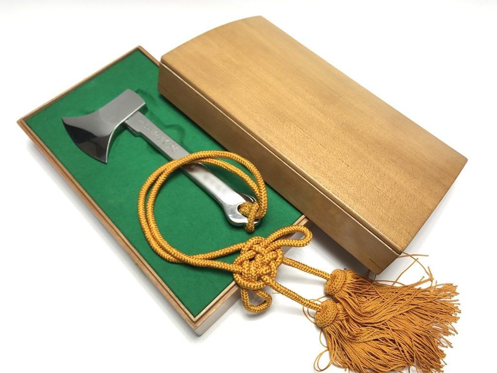 【骨董品・その他】「マラソン号 ・進水記念銀製斧」を買取り致しました。
