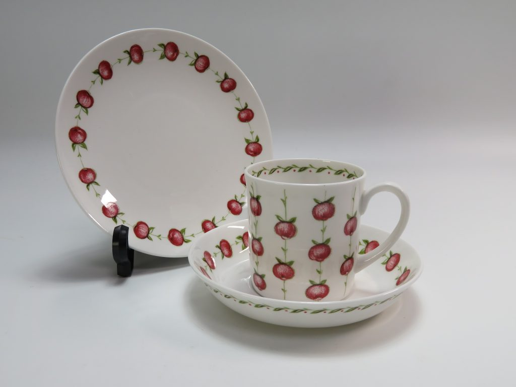 【西洋美術・その他】スージー・クーパー「アップルゲイ・トリオカップ」を買取致しました。