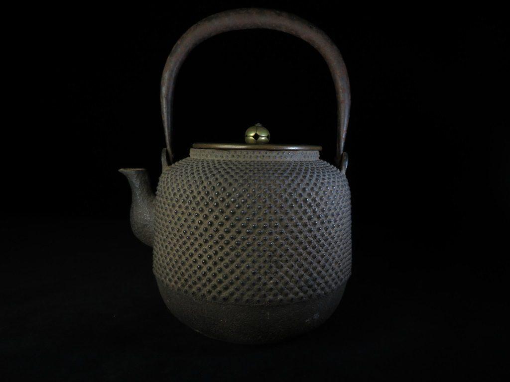 【鉄瓶(作家物)】大西浄雪 「霰肌棗型鉄瓶」を買取致しました。