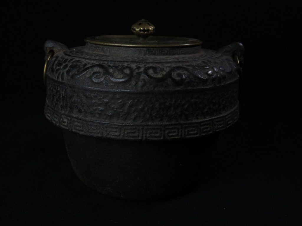 【中国骨董 その他】「雷文双耳茶飯釜」を買取り致しました。