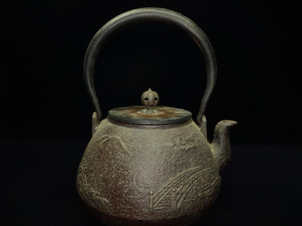 【鉄瓶・銀瓶】三越製「近江八景図鉄瓶」を買取り致しました。
