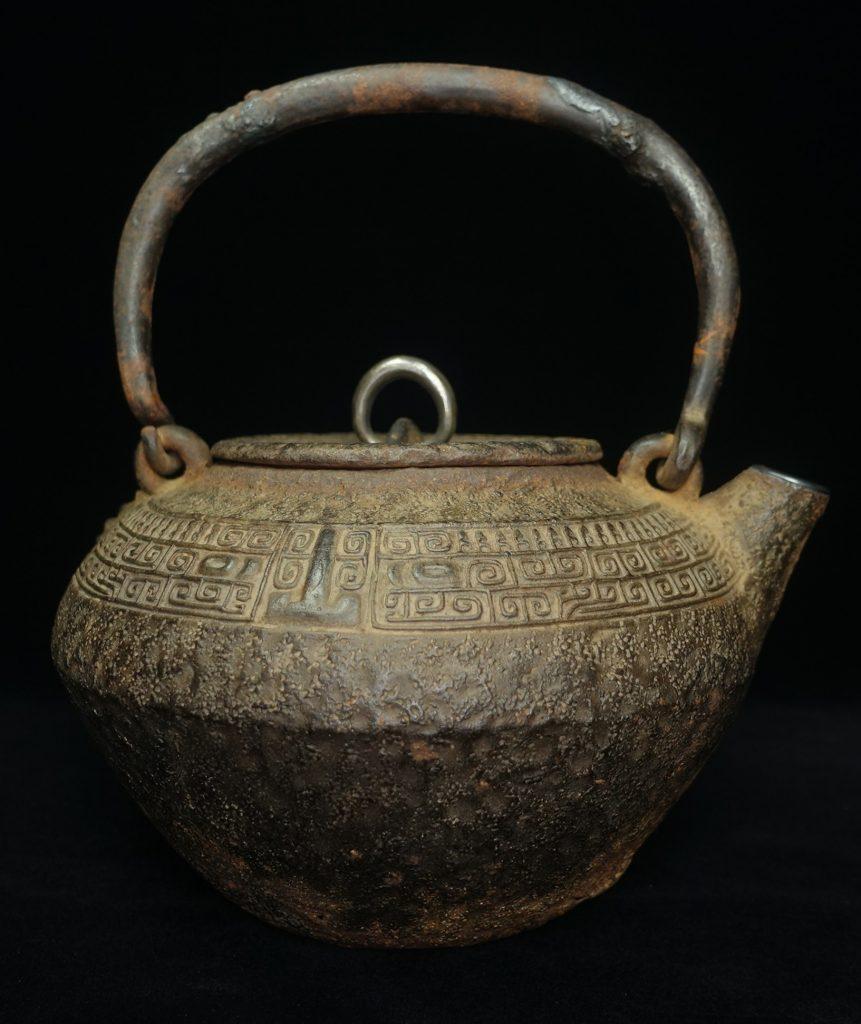 初代 秦蔵六「雲紋砲口鉄瓶」を買取致しました。