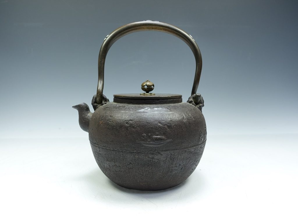 【鉄瓶・銀瓶】亀文堂「山水千鳥図銀象嵌提手鉄瓶」を買取致しました。