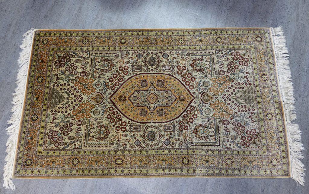 【西洋美術】ペルシャ絨毯「メダリオン・アラベスク文様」を買取致しました。