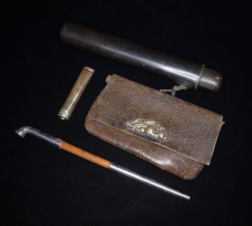 【骨董品】無銘 銀製パイプ ・宝図象嵌煙管入れを買取致しました。