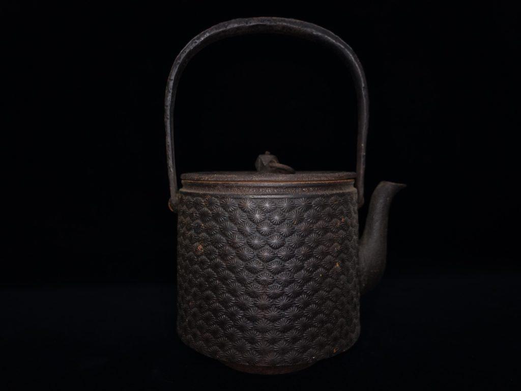 【鉄瓶】保寿堂「松尽紋鉄瓶」を買取致しました。