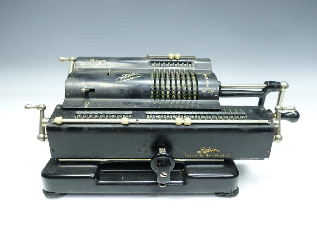【骨董品・その他】タイガー「手廻計算器 」を買取り致しました。
