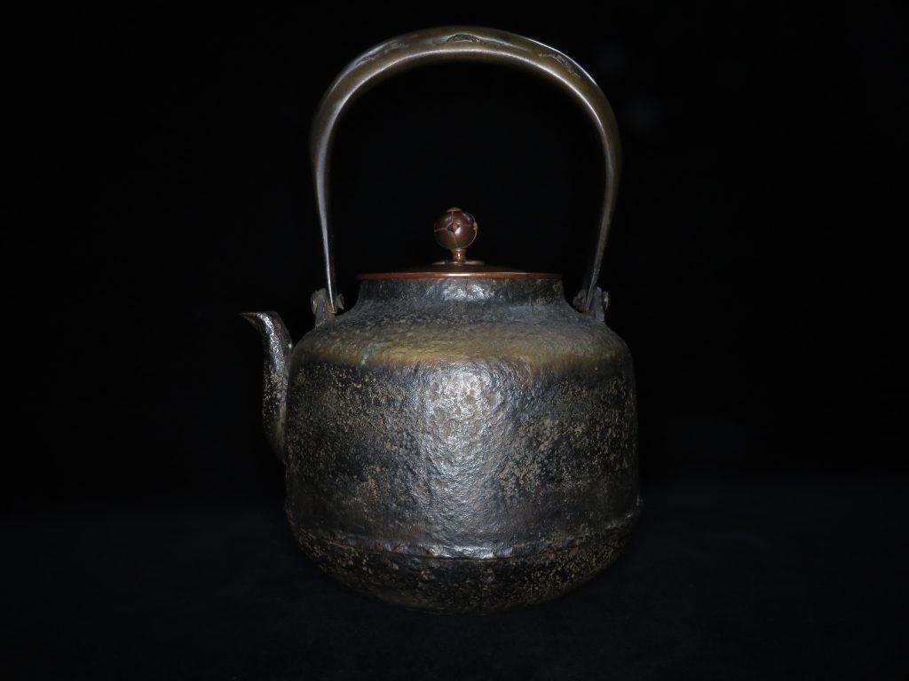 【鉄瓶、作家物】名越昌晴「唐銅蓋岩肌鉄瓶」を買取り致しました。