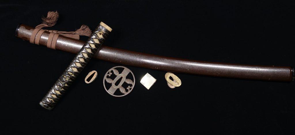 【刀剣・刀装具その他】 無銘 「鉄地鍔に鮫肌象嵌花鳥図縁頭」を買取り致しました。