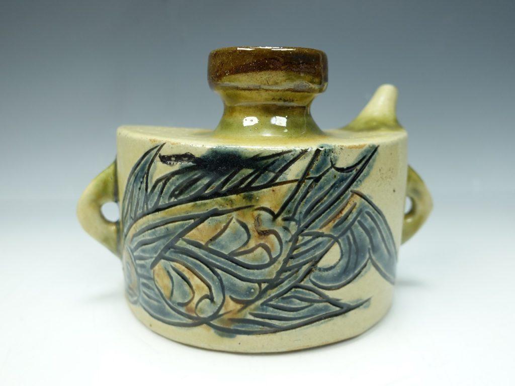 【人間国宝】金城次郎「魚文抱瓶」 を買取致しました。