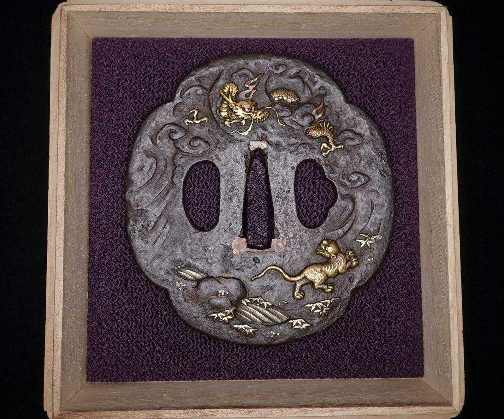 【鐔】 「龍虎図 象嵌鉄地鍔」を買取り致しました。