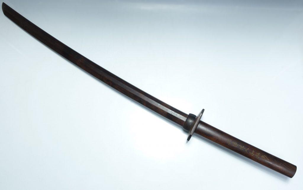 【刀剣・刀装具その他】 都城住人和弘作「 鍔付唐木木刀」を買取り致しました。