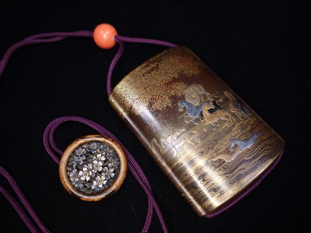 【印籠】松立斎達栄 「桜文銀細工堤物・馬戯れ蒔絵象嵌珊瑚緖締印籠」を買取り致しました。