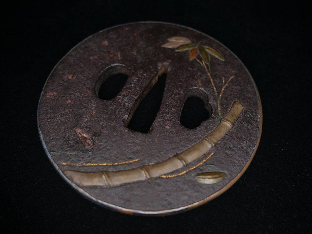 【鐔】銘:紀州住貞命「鉄地笹竹象嵌丸鍔」を買取り致しました。