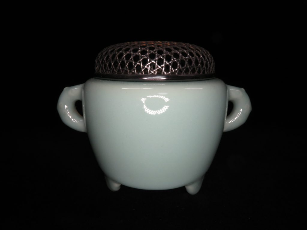 【香炉】涌波蘇嶐「青磁龍耳香炉」を買取致しました。