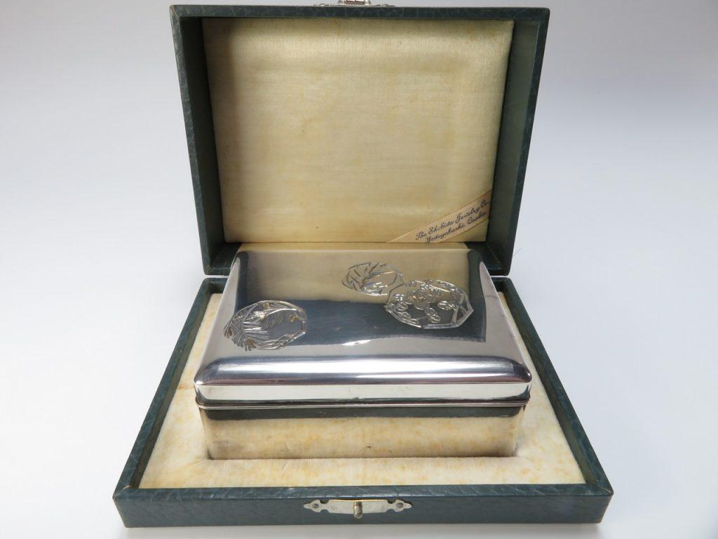 【金工品その他】尚美堂「梅に笹図純銀宝石箱」を買取り致しました。