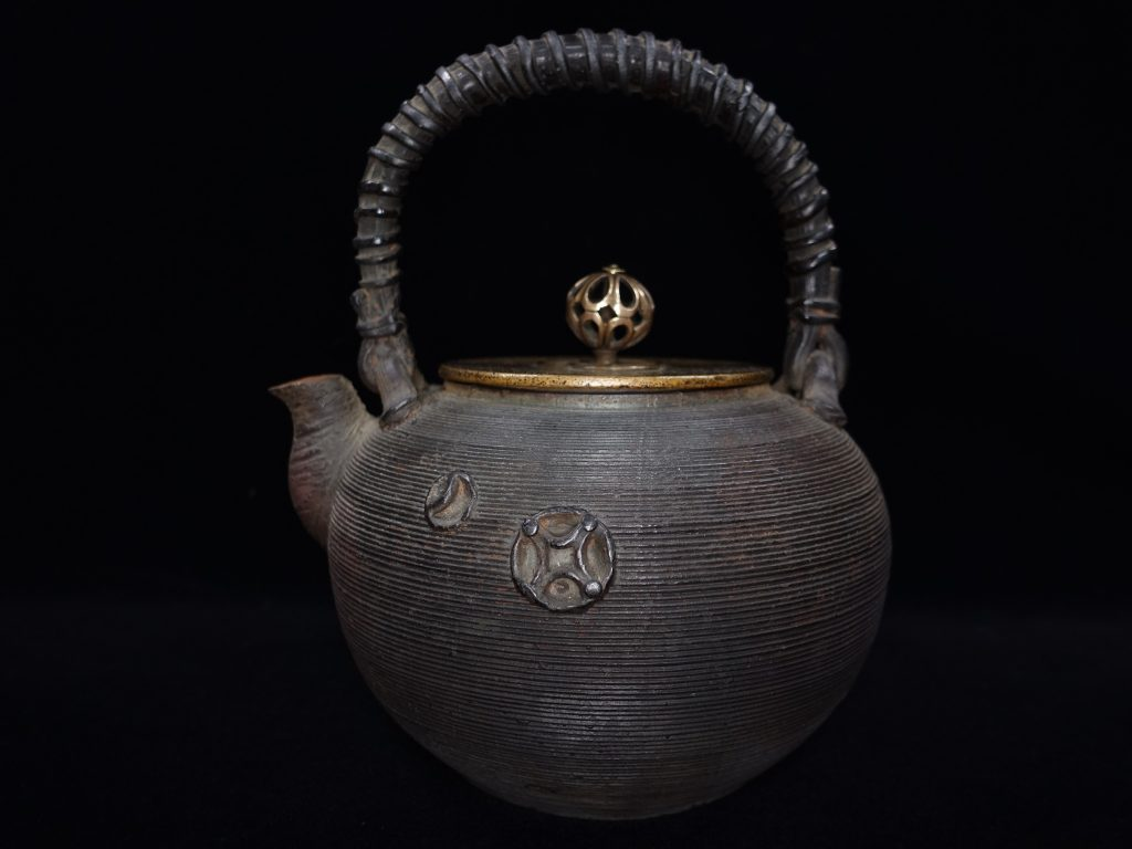 【鉄瓶、作家物】木村清雲(清五郎)「糸目七宝紋籐式提手土器式鉄瓶」を買取り致しました。