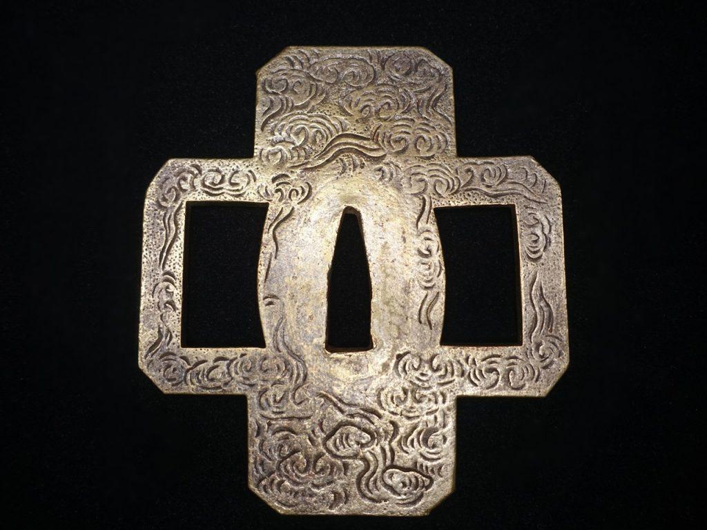 【鐔】 「雲群彫十字形鍔」を買取り致しました。