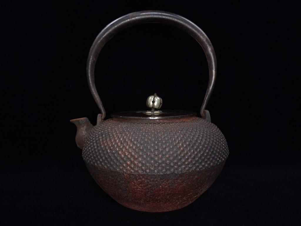 【龍文堂】 「唐銅蓋和鉄岩肌霰地紋鉄瓶」を買取り致しました。