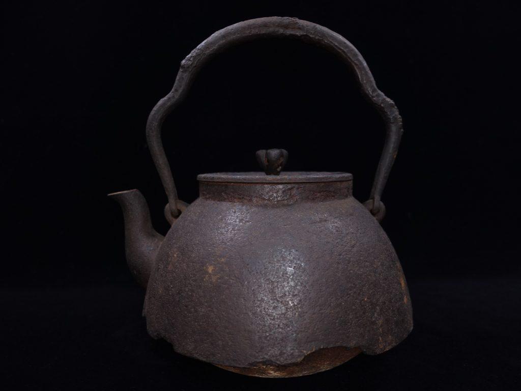 【鉄瓶、作家物】有坂造「富士型山水紋鉄瓶」を買取り致しました。