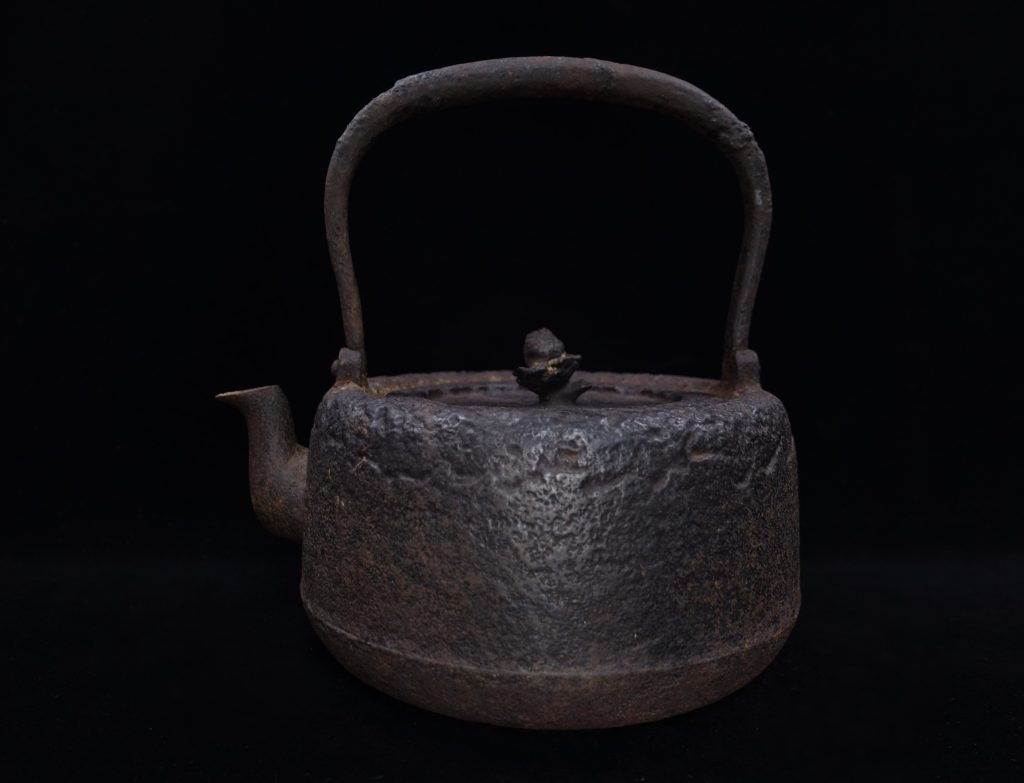 【鉄瓶、作家物】柳舘造 「南部鉄瓶・姥口平丸形鉄瓶」を買取り致しました。