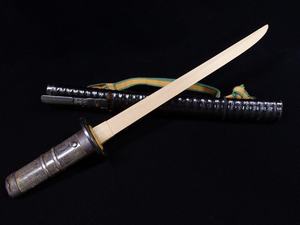 【刀剣・刀装具その他】 無銘「鼈甲装飾魚子地桐紋鍔黒鞘 拵・竹光 」を買取り致しました。