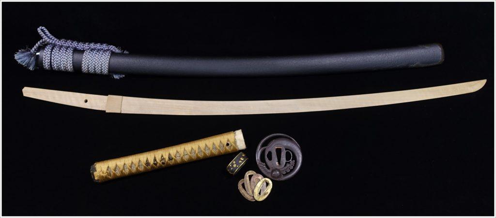 【刀剣・刀装具その他】無銘「獅子花々象嵌縁頭円形変鍔黒罅割鞘 拵・竹光 」を買取り致しました。