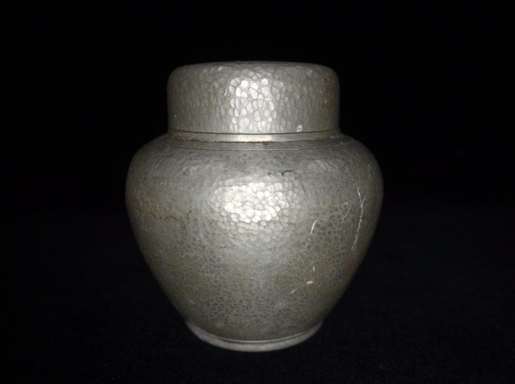 【錫製品】間村自造 「錫製槌目茶入」を買取り致しました。
