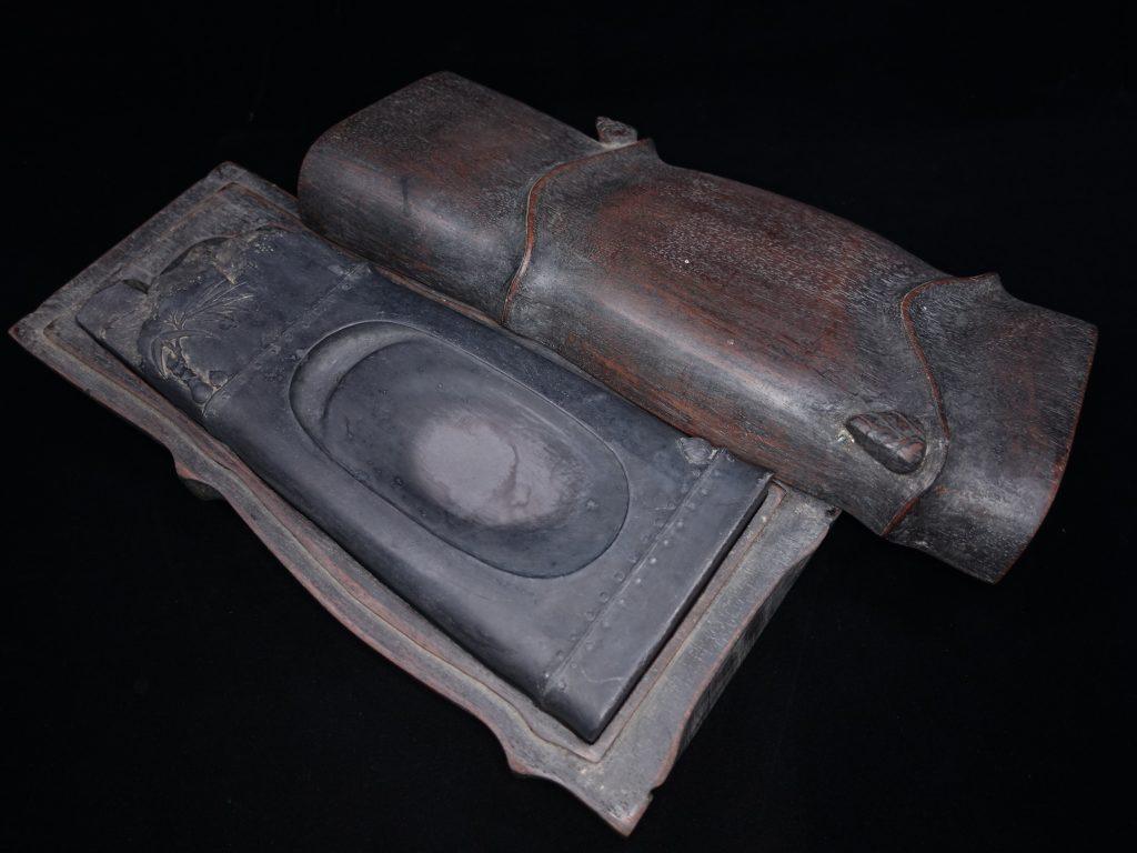【硯・書道具】 陳元龍 「虗心竹」 唐木竹形硯箱 を買取り致しました。