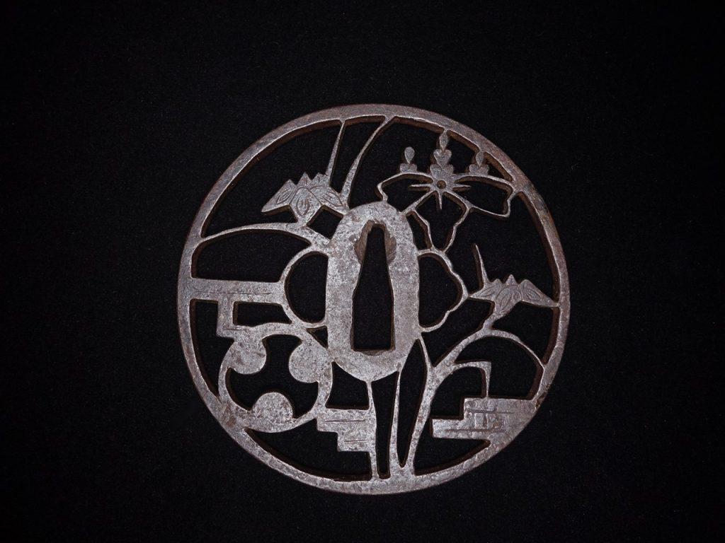 【鐔】 無銘「雪之輪象嵌埋忠鉄地丸鍔] を買取り致しました。